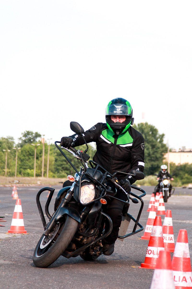 mężczyzna na motocyklu szkoleniowym pokonując wyznaczoną trasę na placu manewrowym