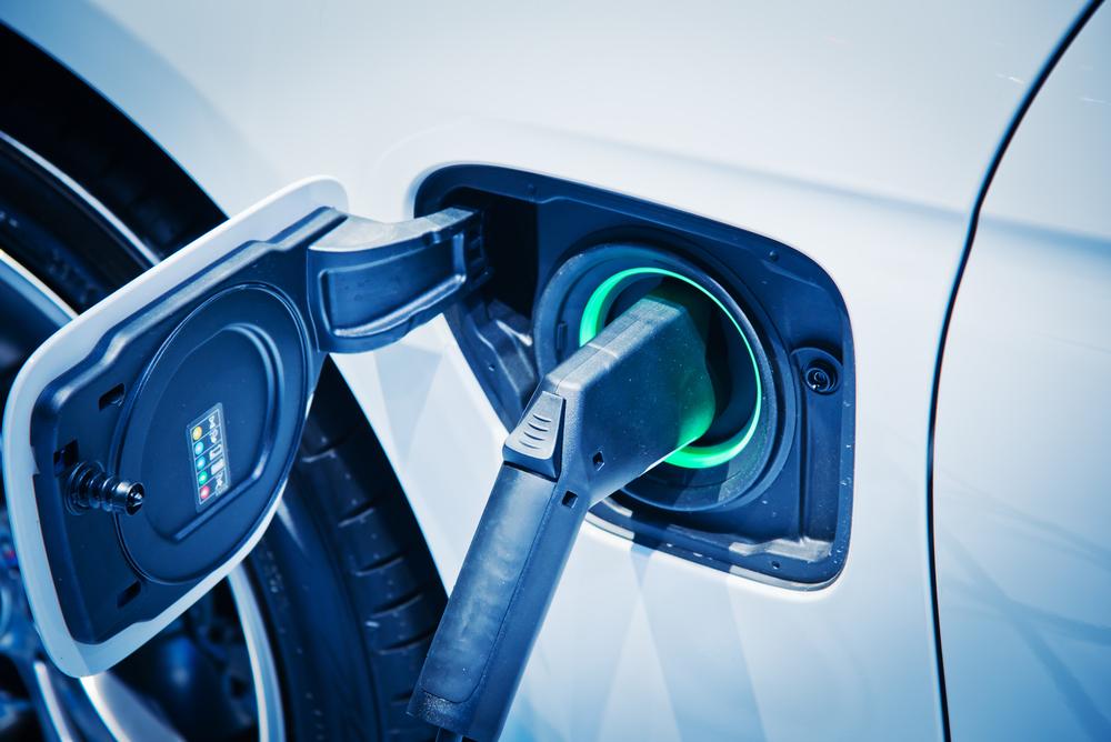 Czym różni się jazda samochodem elektrycznym od jazdy samochodem napędzanym paliwem?