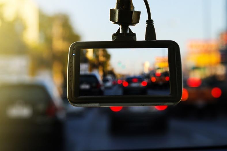 Kamerka samochodowa dla początkujących kierowców. Czy może się nam przydać?