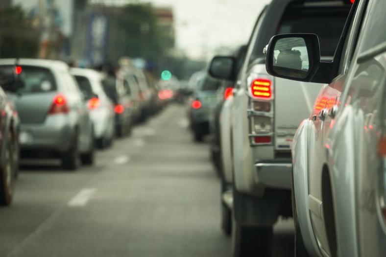 Uwaga kierowcy! Nowe przepisy dotyczące jazdy na zakładkę i korytarza życia