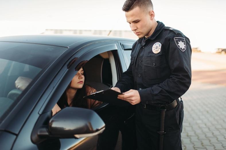 Od 1 stycznia policja przy kontroli sprawdza liczniki. Dlaczego? Co to znaczy w praktyce?