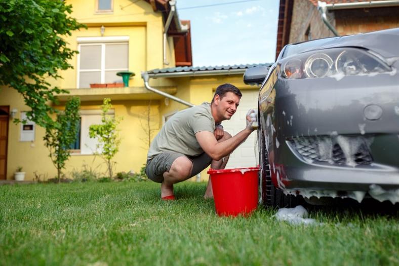 Czy za mycie auta na terenie własnej posesji mogę dostać mandat?